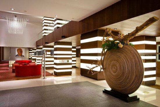 Hilton The Hague: Lobby Entrance