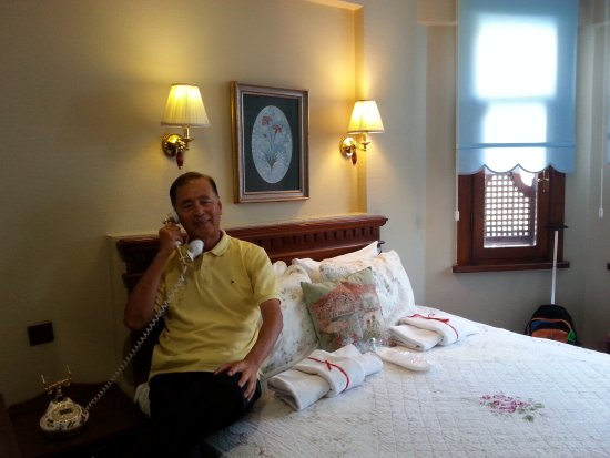 Emine Sultan Hotel: comfy bed with antique telephone which added to its charm!