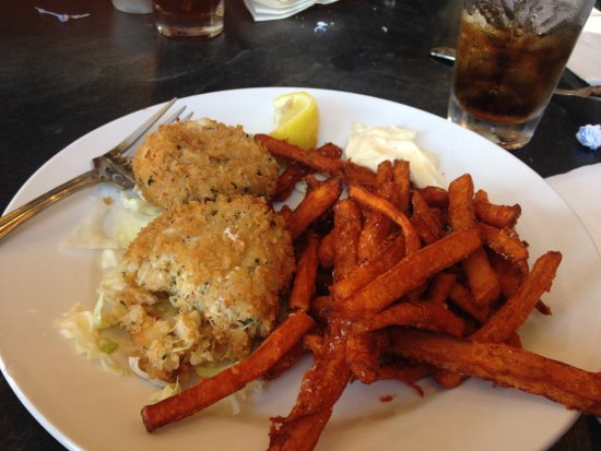 Oak Harbor, WA: The crab cakes are delicious with sweet potato fries !