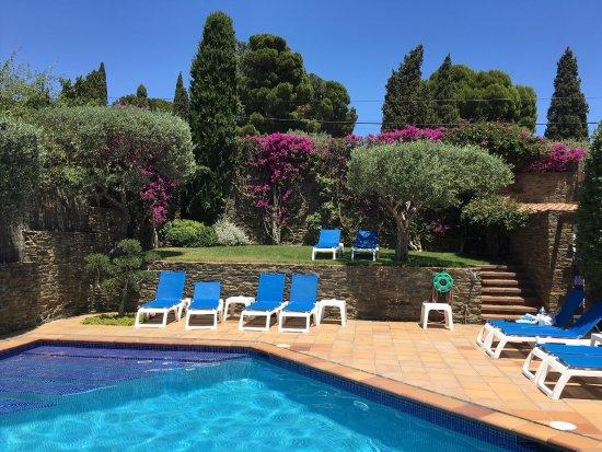 Hotel Blaumar Cadaqués: Hôtel calme et charmant. La piscine est idéale pour se détendre avant d'arpenter le centre ville