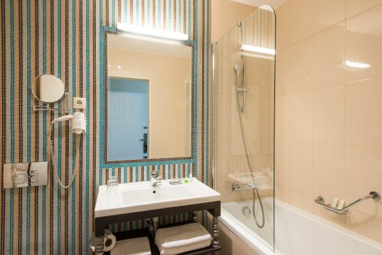 La Prima Fashion Hotel: Bathroom with bathtub
