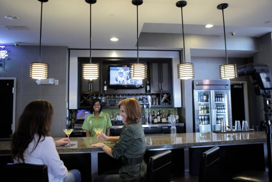 Holiday Inn Amarillo West Medical Center: Very spacious and Sports Bar environment