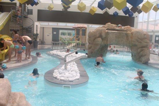 Une des piscine interieur a gauche les toboggan au fond a for Camping piscine toboggan