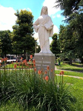 Hotel All'Alba: Centro di Abano con la statua di>Pietro D'Abano
