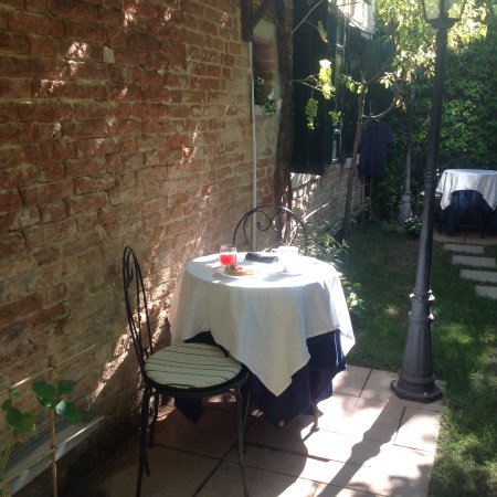 Santa Margherita Guesthouse: Breakfast can be taken in the small secluded garden