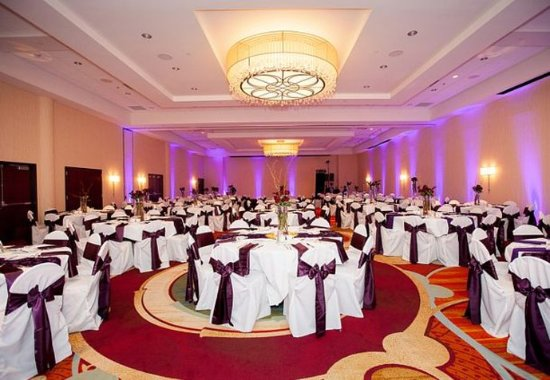 Brooklyn Park, MN: Ballroom – Wedding Setup