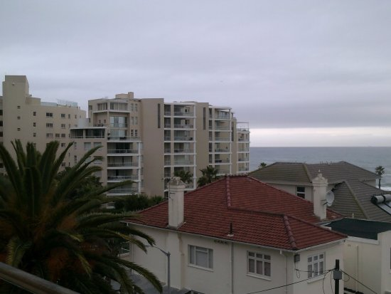 Bantry Bay, Zuid-Afrika: Even though it is overcast, the beautiful architecture in the surrounding area is still outstand