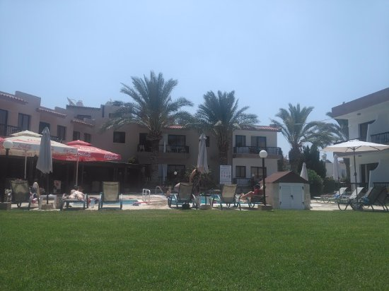 Hadjiantoni Anna Hotel Apartments : Taken from under the palm in the garden looking back to hotel. Bar is on the left
