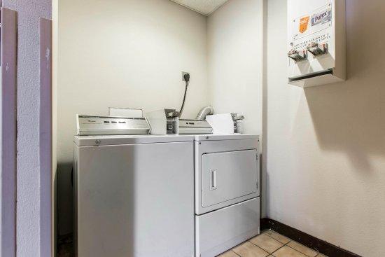 Econo Lodge Inn & Suites: Guest laundry