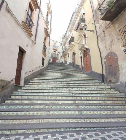 Vizzini, อิตาลี: Panoramica della Scalinata in Maiolica dalla base - 8 Giugno 2016