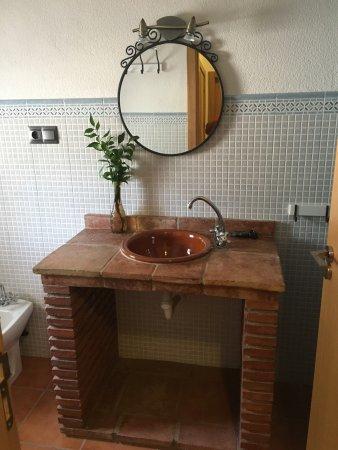 Periana, Spain: Habitaciones y baños