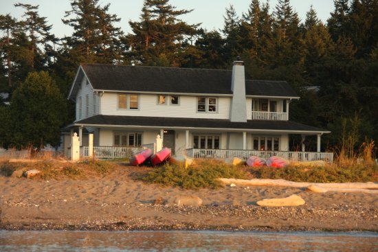 MacKaye Harbor Inn: Stay at the BEACH