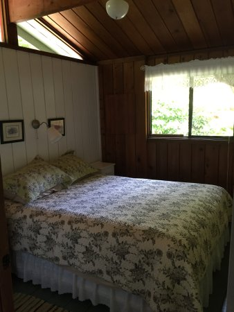 Maple Ridge Cottages: Queen sized bed in the main bedroom.