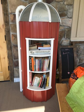 Elbridge, Nova York: Breakfast croissant & little free library at Bailiwick!