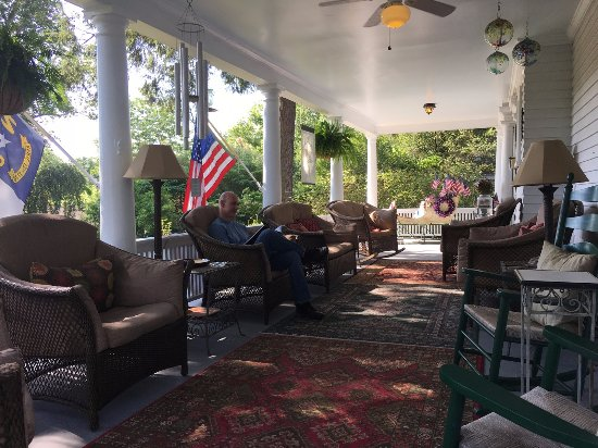 Abbington Green Bed and Breakfast Inn: front porch for sittin' and relaxin'