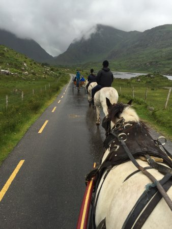 Killarney Discover Ireland Centre: Absolutely beautiful. The gap of Dunloe. Spectacular even though it was raining.... Surprisingly