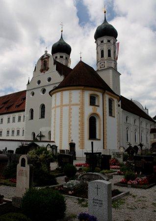 Benediktbeuern, Tyskland: Friedhof an der Klosterkirche