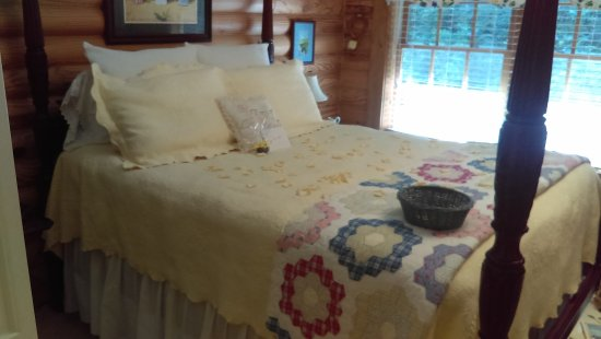 Valle Crucis, Carolina del Norte: This was our 28th Anniv Queen bed... part of the Birdroom Suite