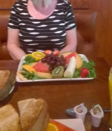 Comfort Inn - Mont Laurier: 'Small' fruit plate with toast for breakfast