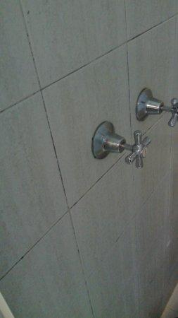 Killara, Australia: Mouldiest shower I have ever seen