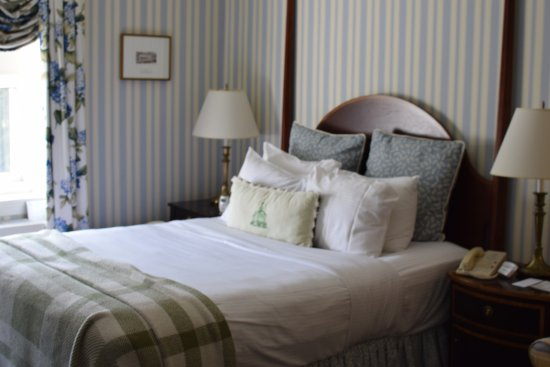 Hot Springs, VA: Standard Queen Room, had large enough area not seen in picture for pack n play