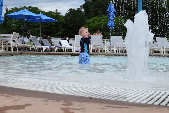 Hot Springs, VA: Enjoying splash pad, recommend bringing water toys to play with