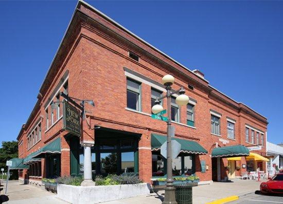 Colonial Inn: Down Town Harbor Springs