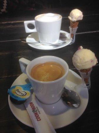 Ridderkerk, Países Bajos: Heerlijke koffie/cappuchino met een mini ijsje