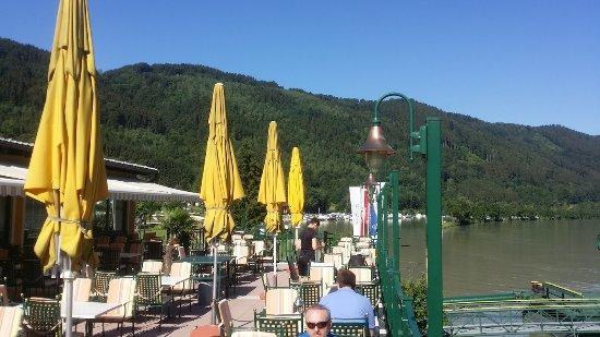 Schlogen, Austria: Terraça do restaurante, sobre o Danúbio