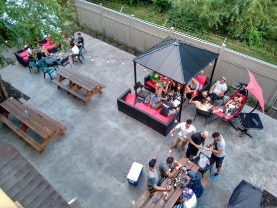 ساميسون باكباكرز لودج كيلونا: Big backyard patio!