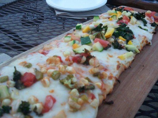 Bluemont, VA: Fresh veggie (picked that morning) Flat Bread Pizza