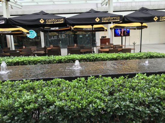 California Pizza Kitchen - Masaryk: Nice fountains on outside patio