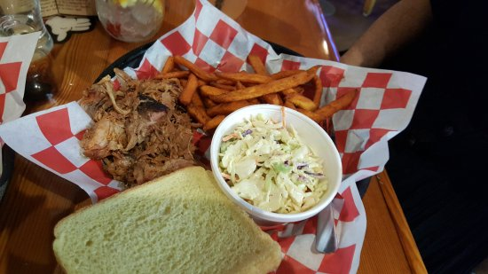 Γούντστοκ, Ιλινόις: pulled pork, sweek potato fries, slaw
