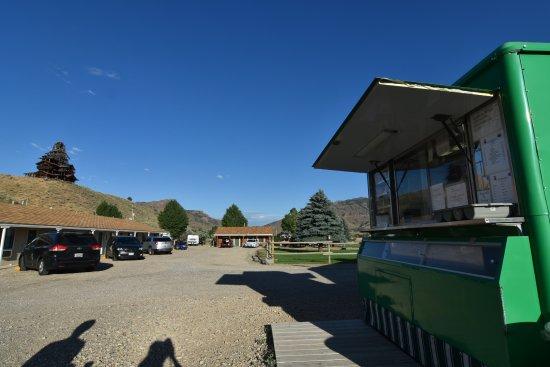 Wapiti, WY: 朝食は敷地内のスタンドでいただきます。裏山にはお城みたいなたてものが。