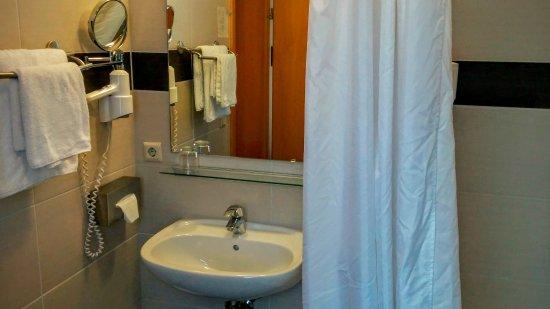 Adesso Hotel Schweizer Hof: Das Bad ist modern, sauber und bietet genügend Ablageflächen.