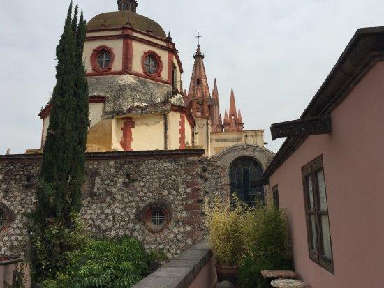 Casa Rosada Hotel: Vista a la parroquia desde la terraza