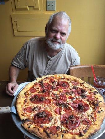 Lansing, Carolina del Nord: Chicken wings, Carnivore pizza pie, blueberry crumble cake, lemon bar slice ❤️👍
