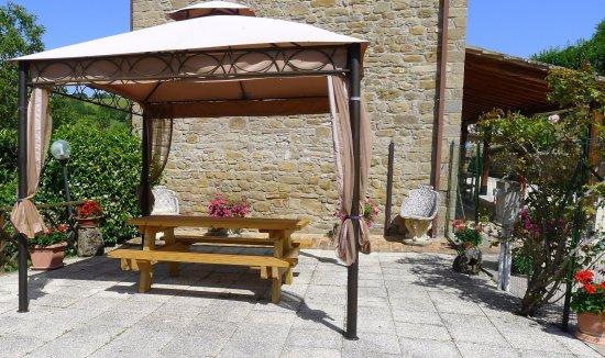 Valfabbrica, Italien: The patio with gazebo for alfresco dining