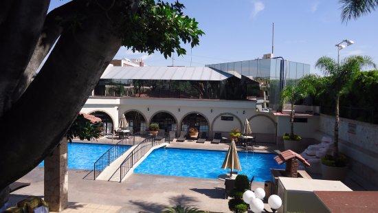 Malibu Hotel: Alberca y de fondo el restaurante.
