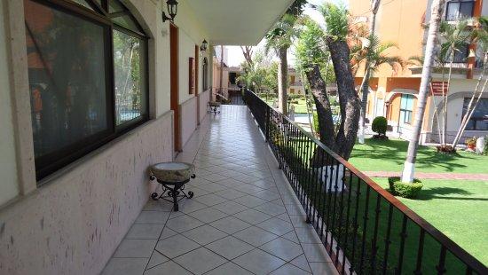 Malibu Hotel: Pasillo de habitaciones en segundo piso.