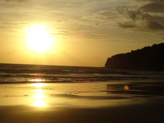 LaLaanta Hideaway Resort: Sunset from the beach