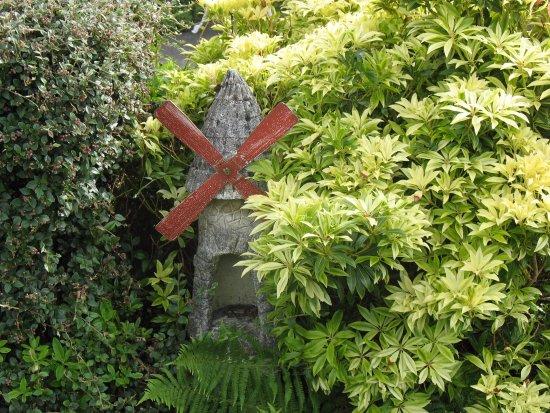 Craigieburn Guest House: Charming garden ornaments