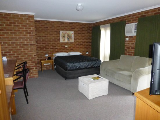 Inverloch, Australia: Spa Room 1QB, Spa bath with shower over & Outdoor Courtyard (Max 2 adults)