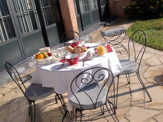 Plan de la Tour, Francia: Le petit déjeuner