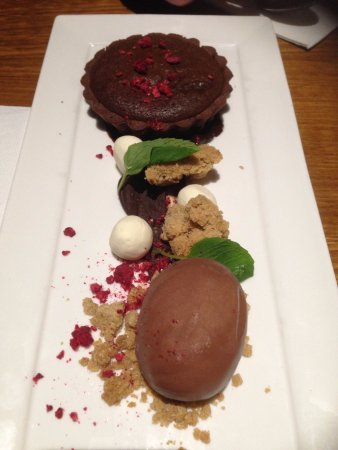 Lindisfarne, Australia: Death by chocolate - warm tart, ginger crumble, white choc balls & choc ice cream