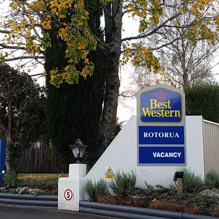 BEST WESTERN Braeside Resort: main signage from the road