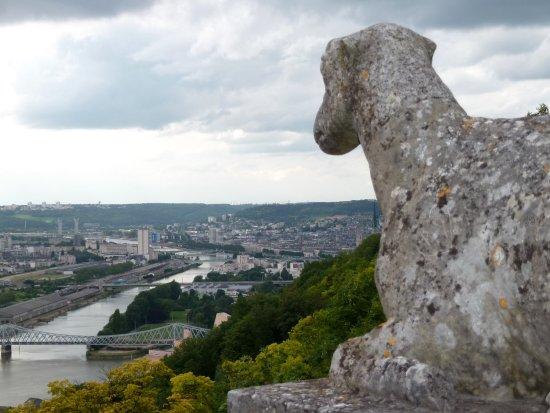 Bonsecours: vue sur Rouen.