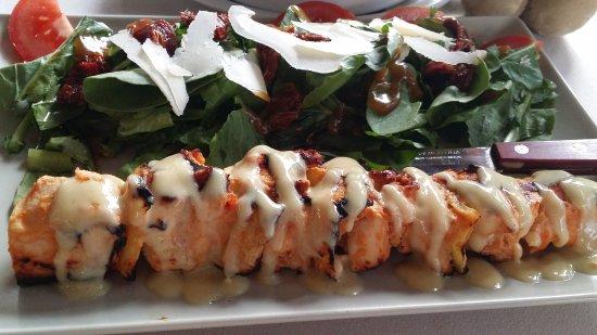 Camaron Restaurant: Chicken souvlaki with rocket and balsamic salad