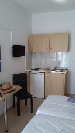 Europa Hotel Rooms and Studios: a small kitchen