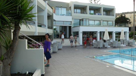 Bali Star Hotel: pool @ pool bar